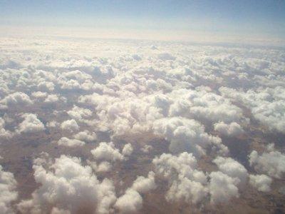 Dans l'avion, au dessus des nuages, pour aller à Agadir (Maroc), à l'occasion du GNU/Linux Days 2008.