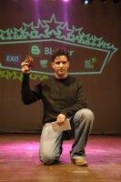 Adam Bouhadma, blogueur, avec son prix (récompense) dans le Maroc Blog Awards 2008